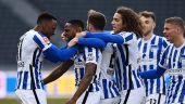 Hertha-Profi Deyovaisio Zeefuik (Mitte) bejubelt seinen Treffer.  / imago images/Matthias Koch