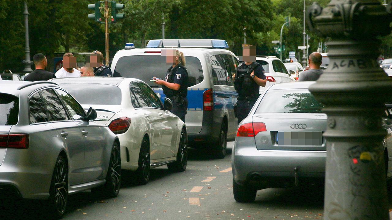 Polizeikontrolle an einem Radweg in Berlin-Kreuzberg (Quelle: Imago/Kremming)