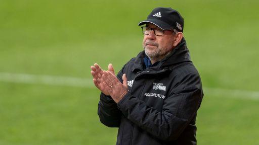 Union-Trainer Urs Fischer klatscht Hände zusammen (Quelle: Imago Images / camera4+ / Tilo Wiedensohler)