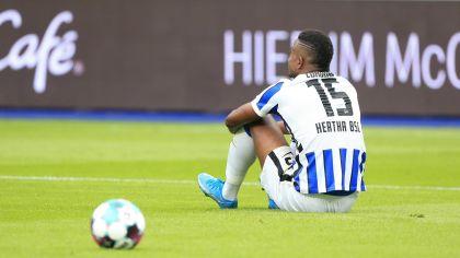 Jhon Cordoba von Hertha BSC sitzt mit dem Rücken zur Kamera auf dem Rasen (Quelle: Imago Images / nordphoto GmbH / Engler)