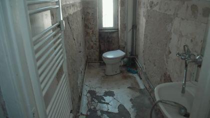 Ein Bad in einem Mietshaus in Berlin. (Quelle: rbb) | rbb