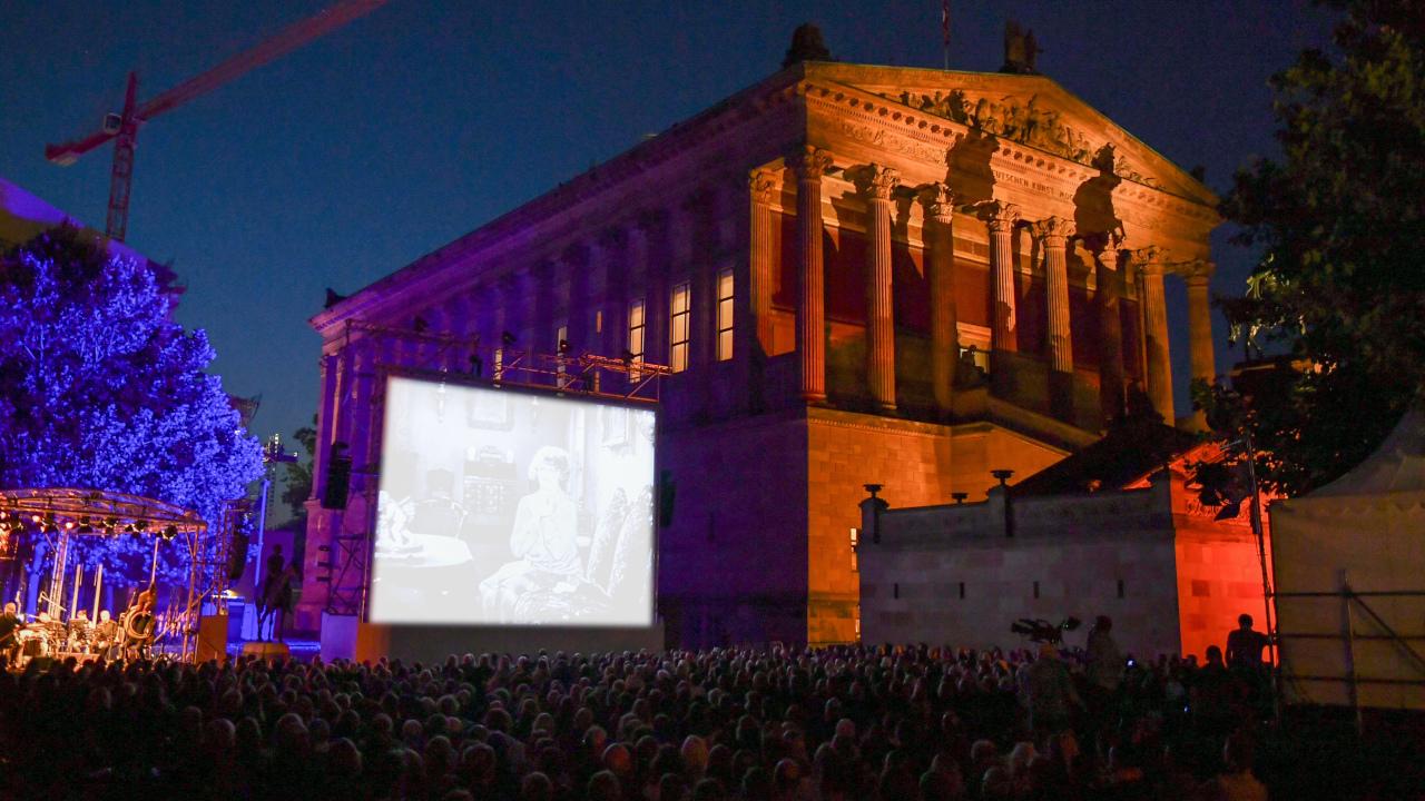 Eine Open-Air-Veranstaltung auf der Museumsinsel (Quelle: dpa/Jens Kalaene)