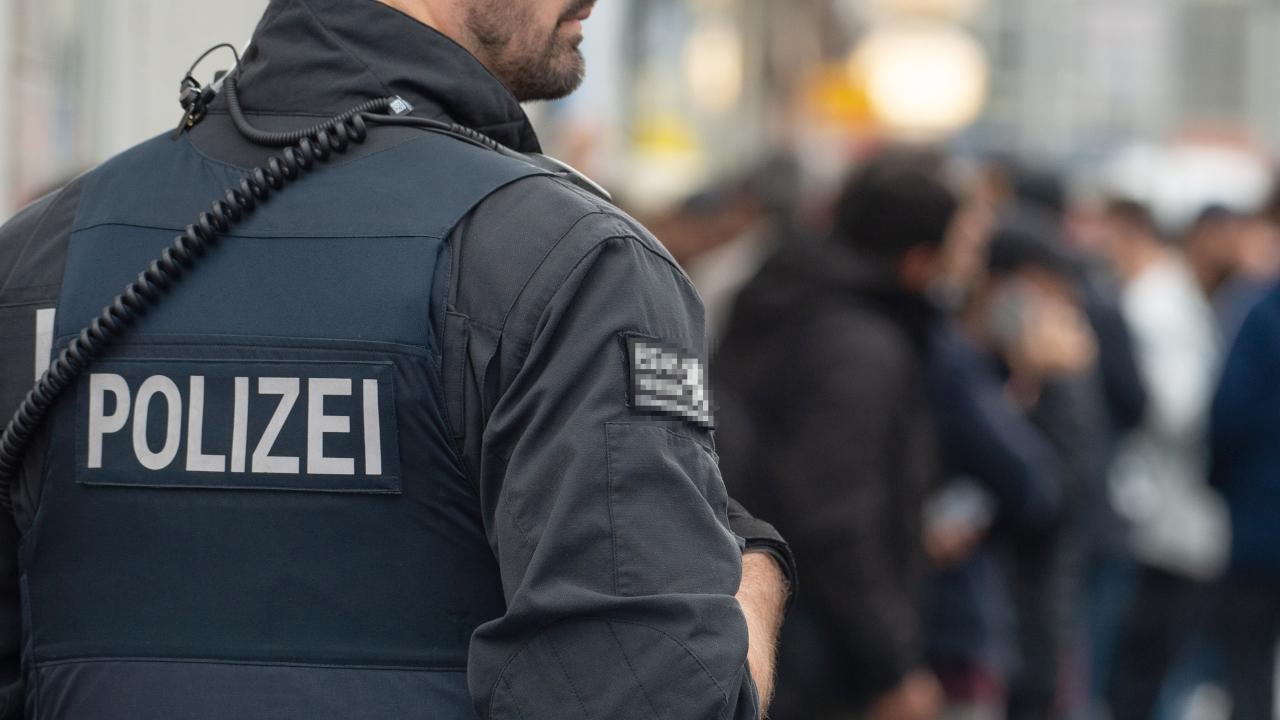 Ein Polizist im Einsatz während einer Razzia. (Quelle: dpa/Swen Pförtner)