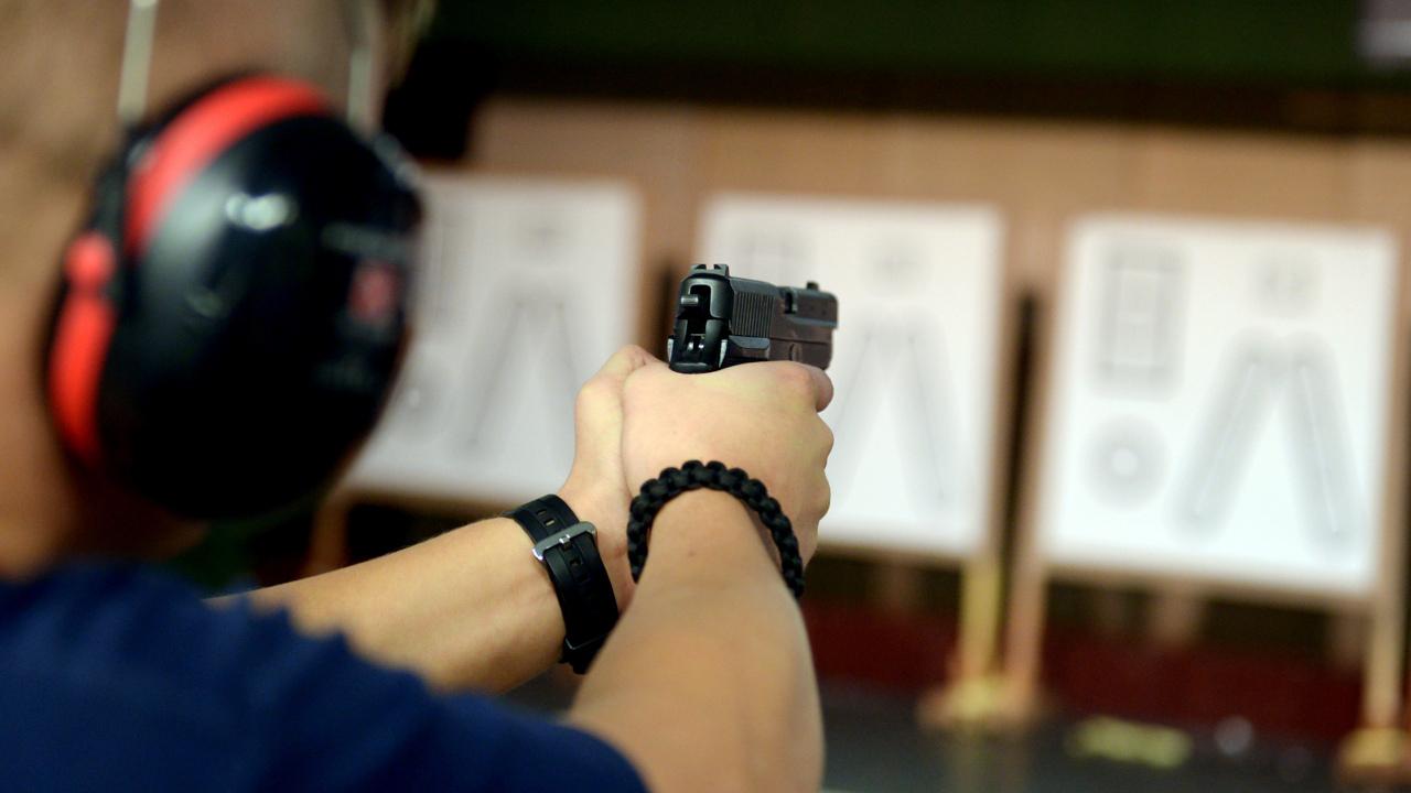 in Polizeischüler trainiert auf einem Schießstand der Landespolizeischule. (Quelle: dpa/Rainer Jensen)