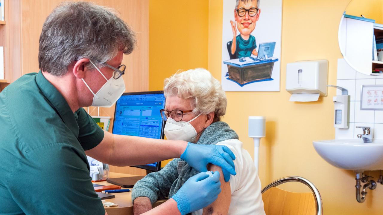 Impfung in Hausarztpraxis (Quelle: dpa/Jens Büttner)