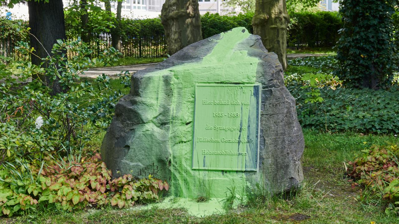 Gedenkstein für die Synagoge der jüdischen Gemeinde in Hohenschönhausen, die 1938 zerstört wurde, mit grüner Farbe beschmiert. (Quelle: dpa/Annette Riedl)