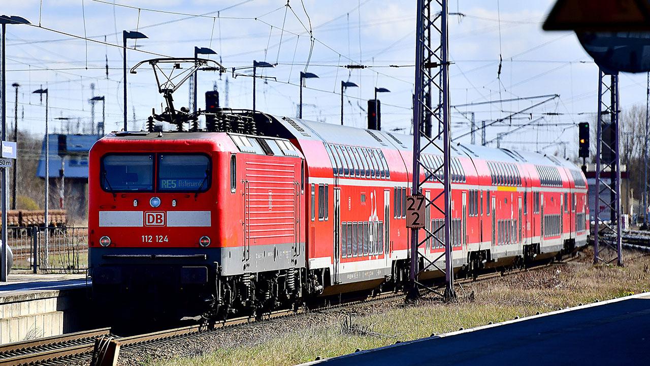 Regionalbahn der Deutschen Bahn bei der Einfahrt in den Bahnhof von Oranienburg (Quelle: Picture Alliance/Daniel Lakom)