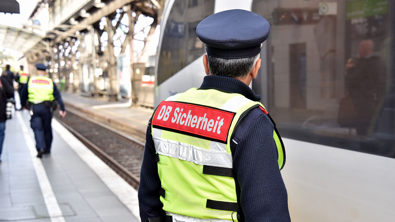 Mitarbeiter der DB Sicherheit auf einem Bahnsteig (Quelle: dpa/Galuschka)