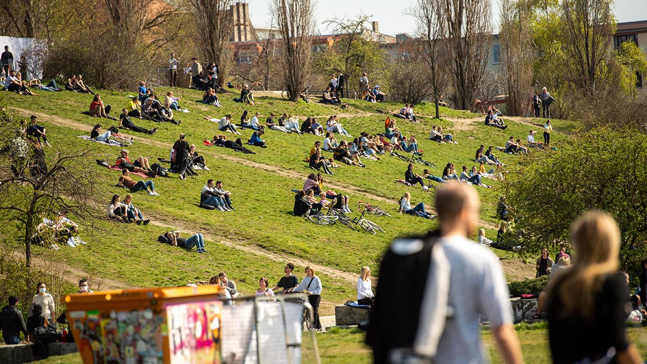 Zahlreiche Menschen genießen im Mauerpark das gute Wetter. (Quelle: dpa/Christophe Gateau)