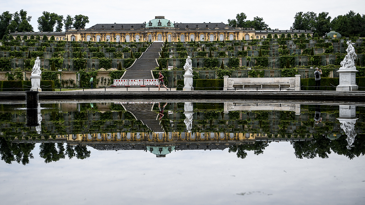 Besucher gehen durch den Park des Schlosses Sanssouci (Bild: dpa/Britta Pedersen)