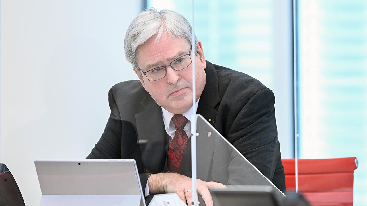 Jörg Steinbach (SPD), Brandenburger Minister für Wirtschaft, Arbeit und Energie, verfolgt die Aktuelle Stunde der Landtagssitzung (Bild. dpa/Soeren Stache)