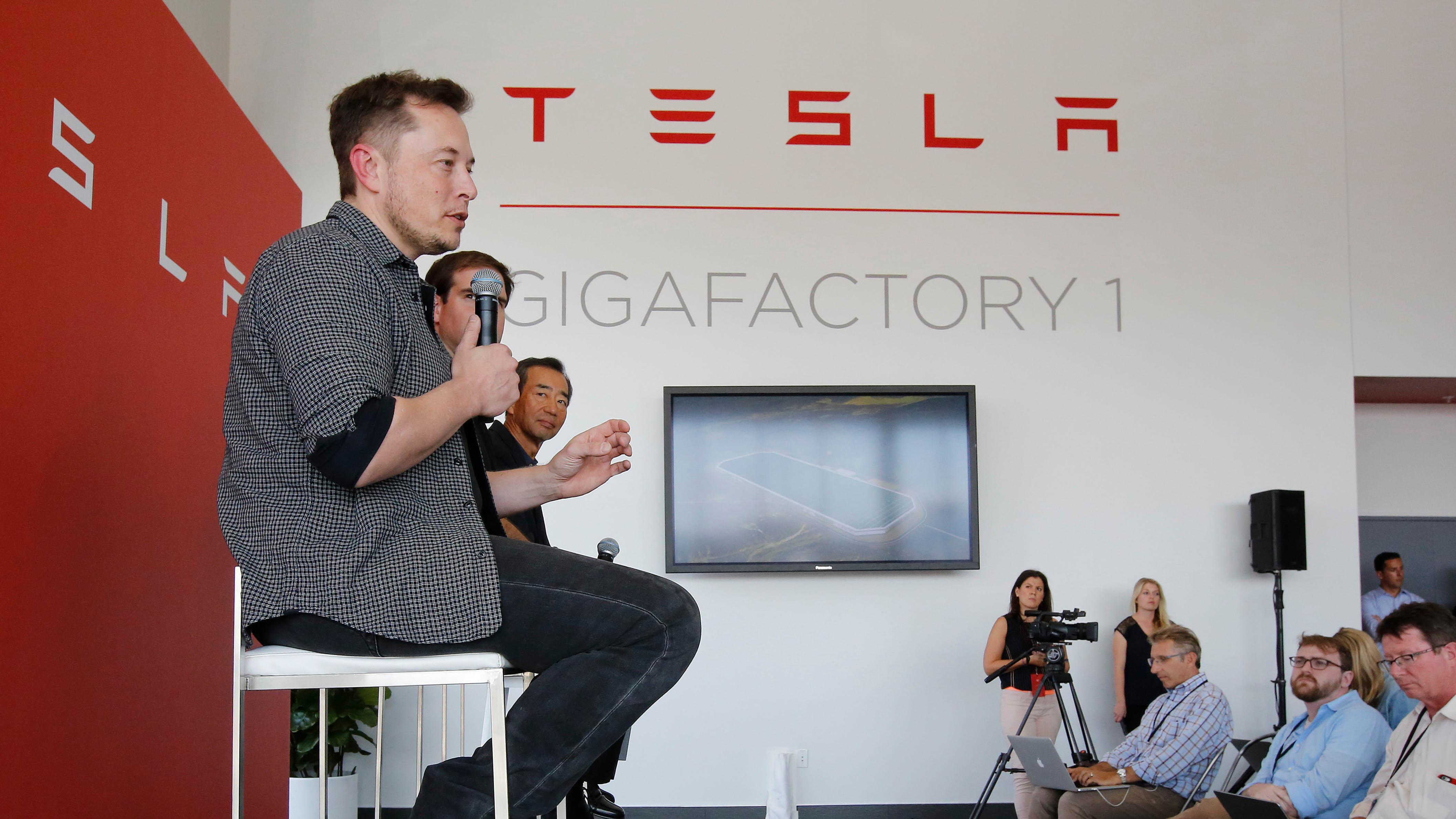 Archivbild: Elon Musk CEO von Tesla Motors Inc. bei einer Pressekonferenz. (Quelle: dpa/R. Pedroncelli)