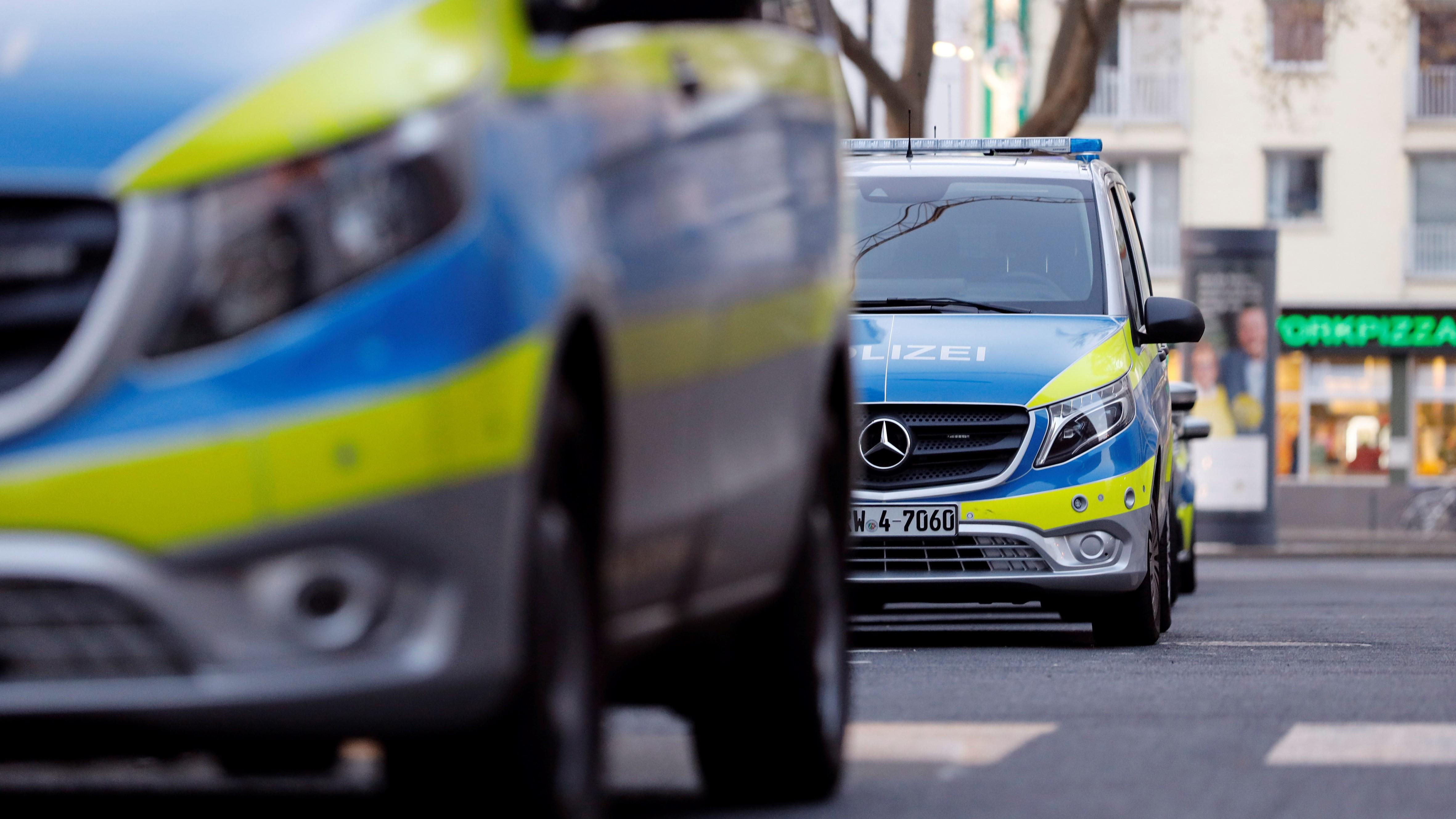 Blick auf mehrere Streifenwagen der Polizei (Symbolbild, Quelle: dpa, Christoph Hardt)