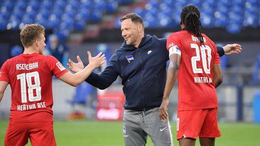 Hertha-Trainer Pal Dardai klatscht mit seinen Spielern ab (Quelle: Maik Hölter/TEAM2sportphoto)