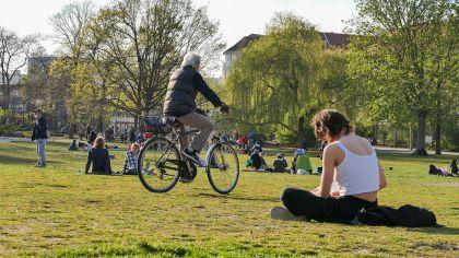Menschen sitzen am 28.04.2021 im Preußenpark in Berlin, Wilmersdorf (Bild: imago images/Stefan Zeitz) | imago images/Stefan Zeitz