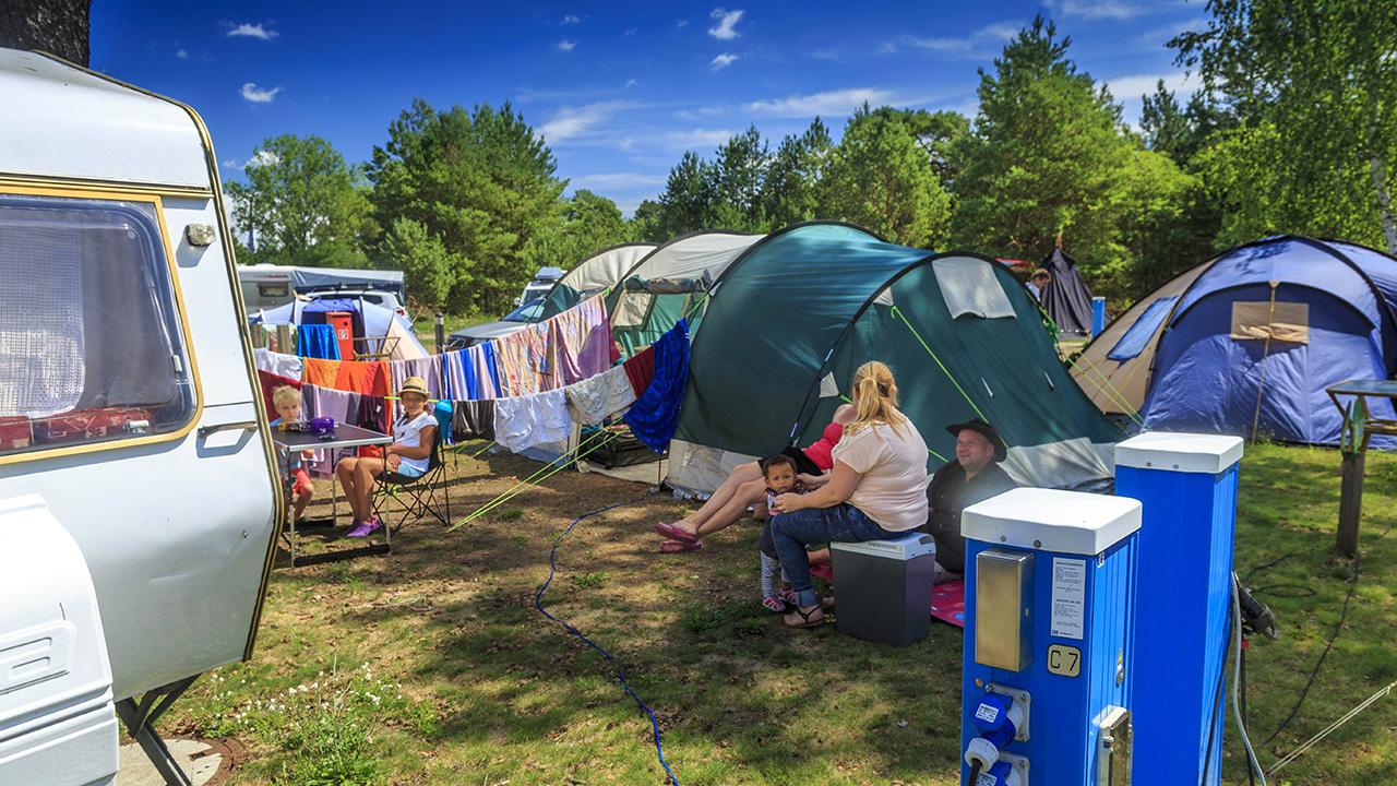 Archvibild: Ein sommerlicher Campingplatz mit BesuchererInnen im Spreewald, Brandenburg. (Quelle: imago images/R. Weisflog)