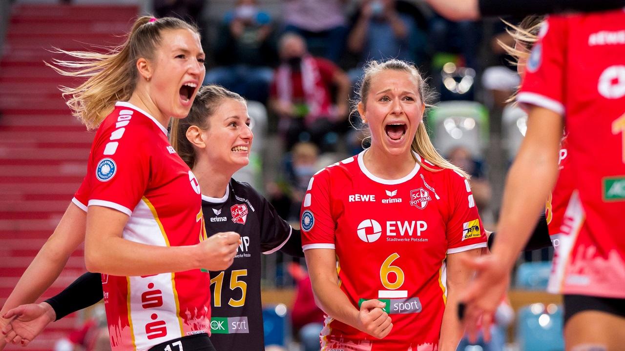 Volleyballerin Antonia Stautz jubelt mit ihren Mitspielerinnen (Quelle: imago images/Jan Huebner)