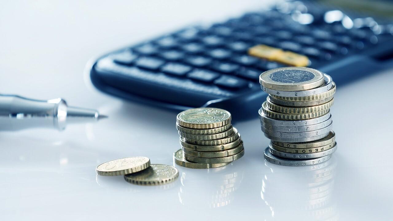 Taschenrechner mit Kleingeld (Bild: imago images/Avanti)