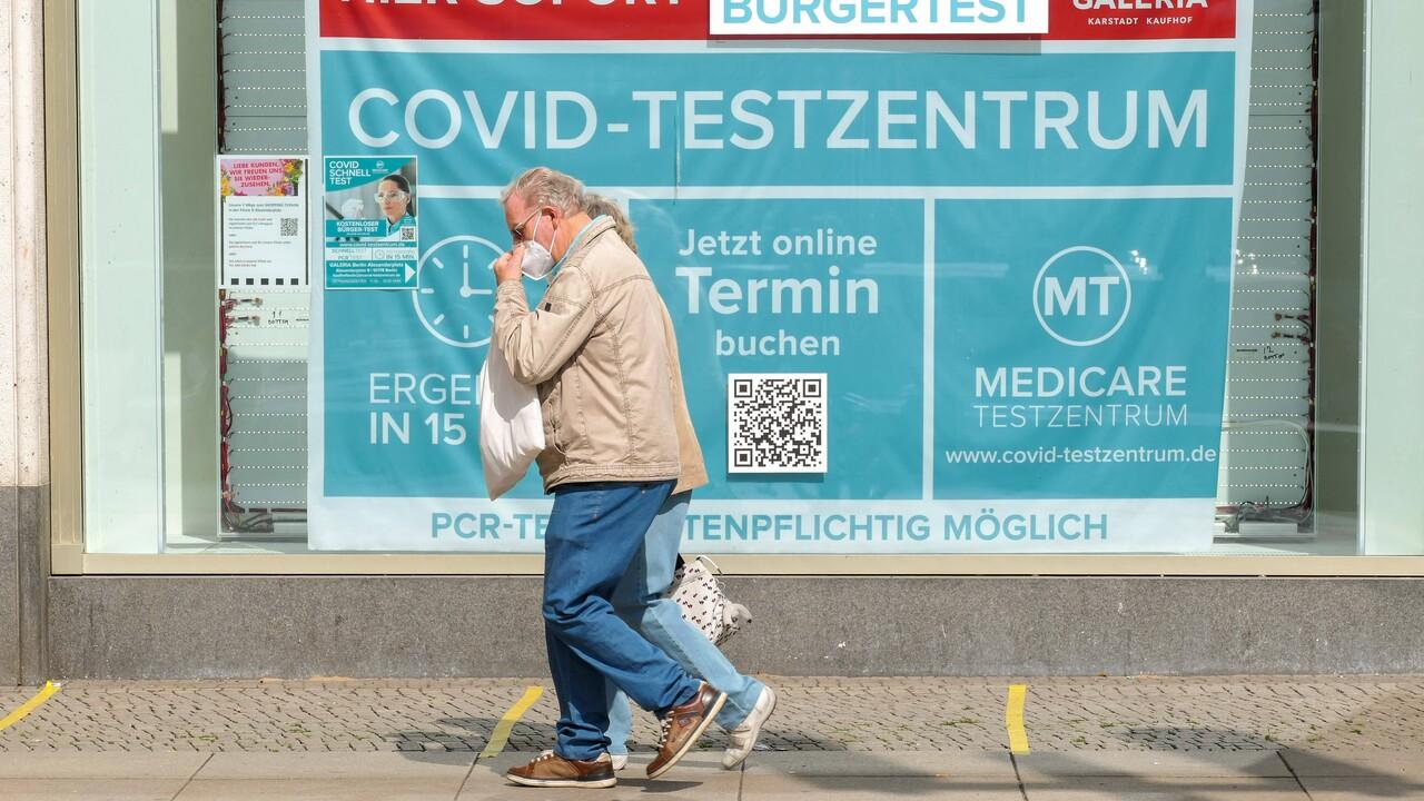 Passant vor Testzentrum am Alexanderplatz (Bild: imago images/Stefan Zeitz)