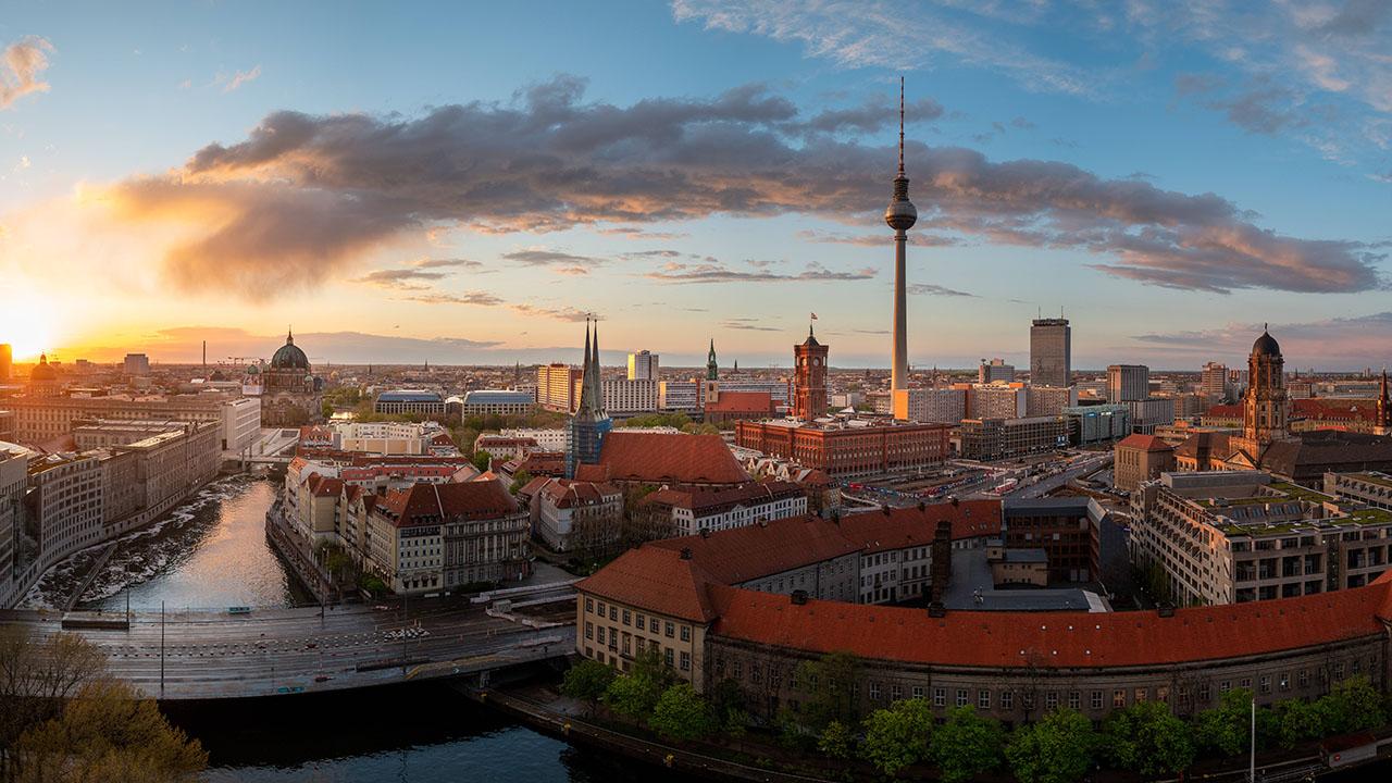 Untergehende Sonne über Berlin (Quelle: imago images/Sattler)