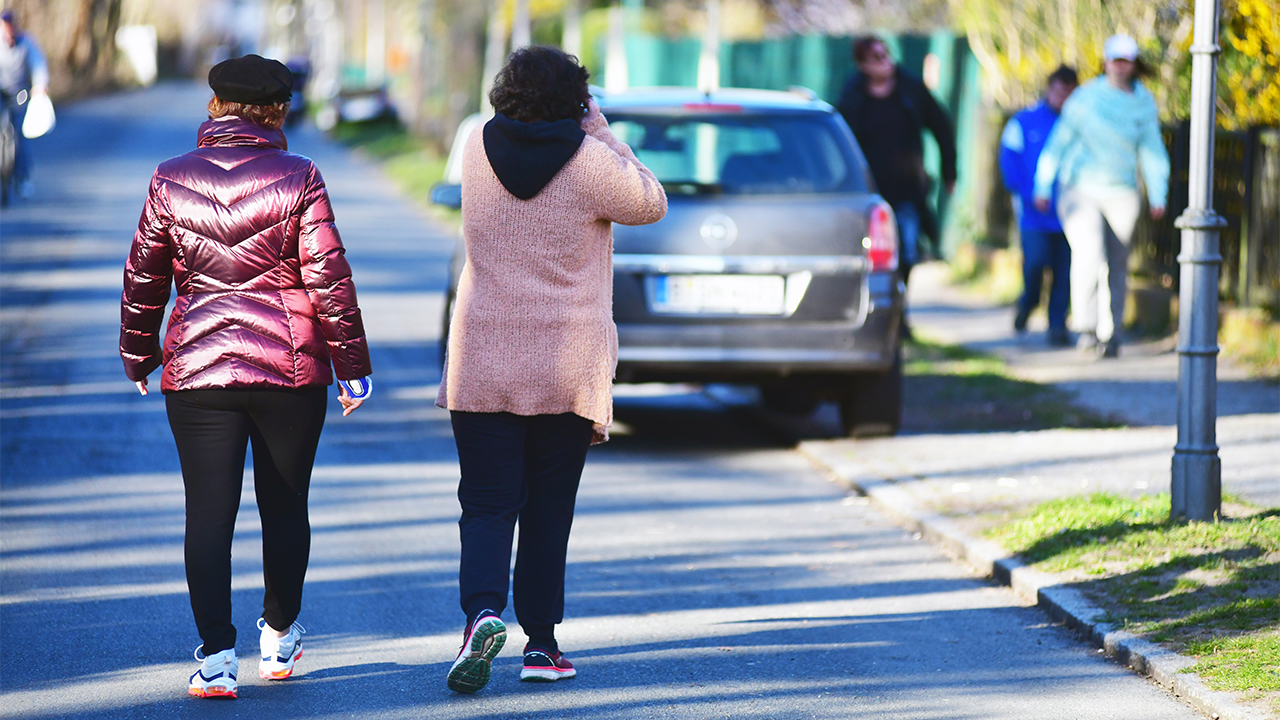 Zwei Frauen machen bei einem Spaziergang in ihrer Nachbarschaft in Berlin-Lichterfelde Platz für entgegenkommende Fussgänger (Bild: dpa/Matthias Tödt)