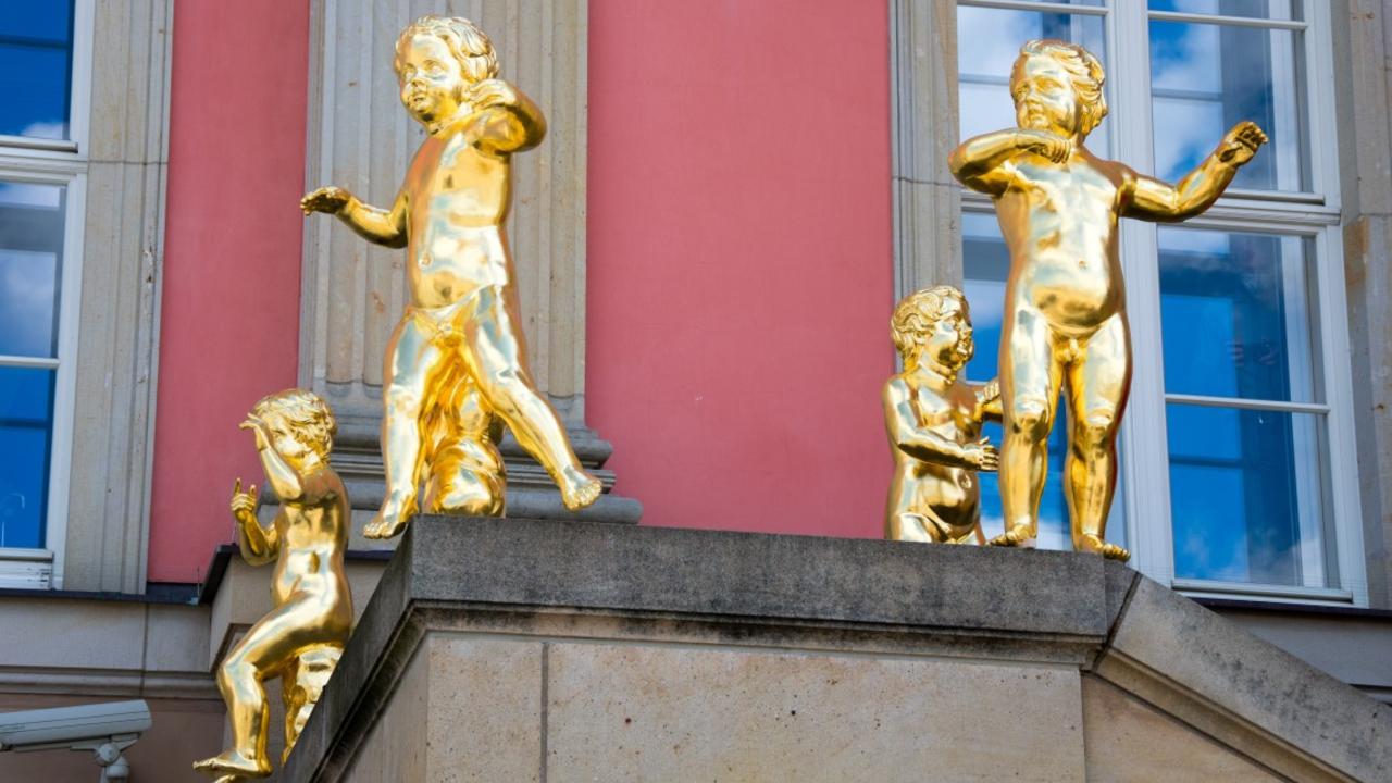Aufstellung der Putten auf der Fahnentreppe am Landtag (Quelle: Landtag Brandenburg)