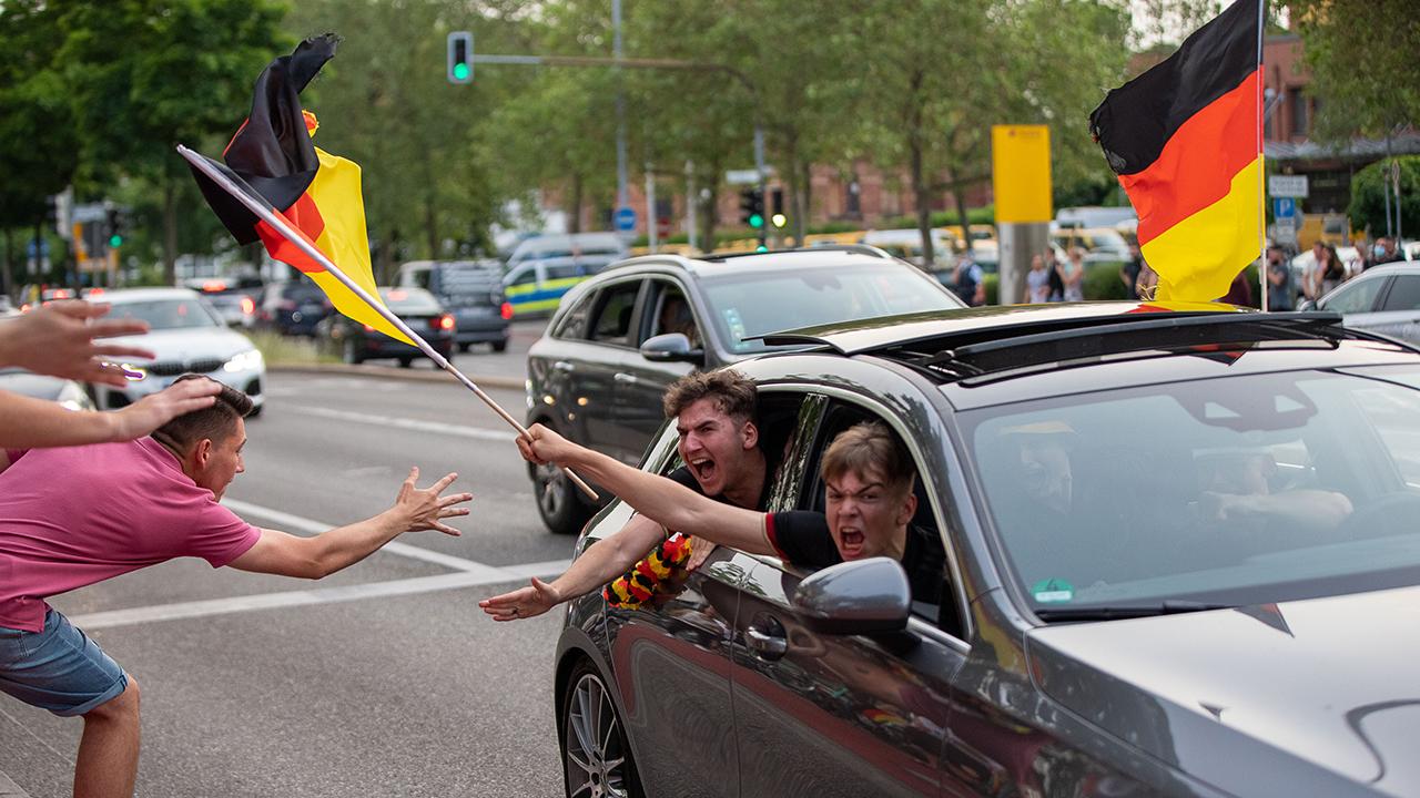 Symbolbild: Autokorso, Fans jubeln nach einem Spiel. (Quelle: dpa/Eibner)