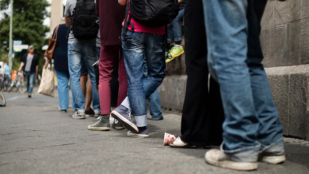 Berliner warten am vor dem Bürgeramt in der Sonnenallee in Berlin-Neukölln. (Quelle: dpa/Gregor Fischer)