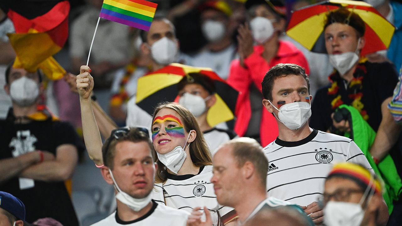 Archivbild: Deutschlandfans bei einem EM-Spiel im Fußballstadion. (Quelle: dpa/F. Gambarini)