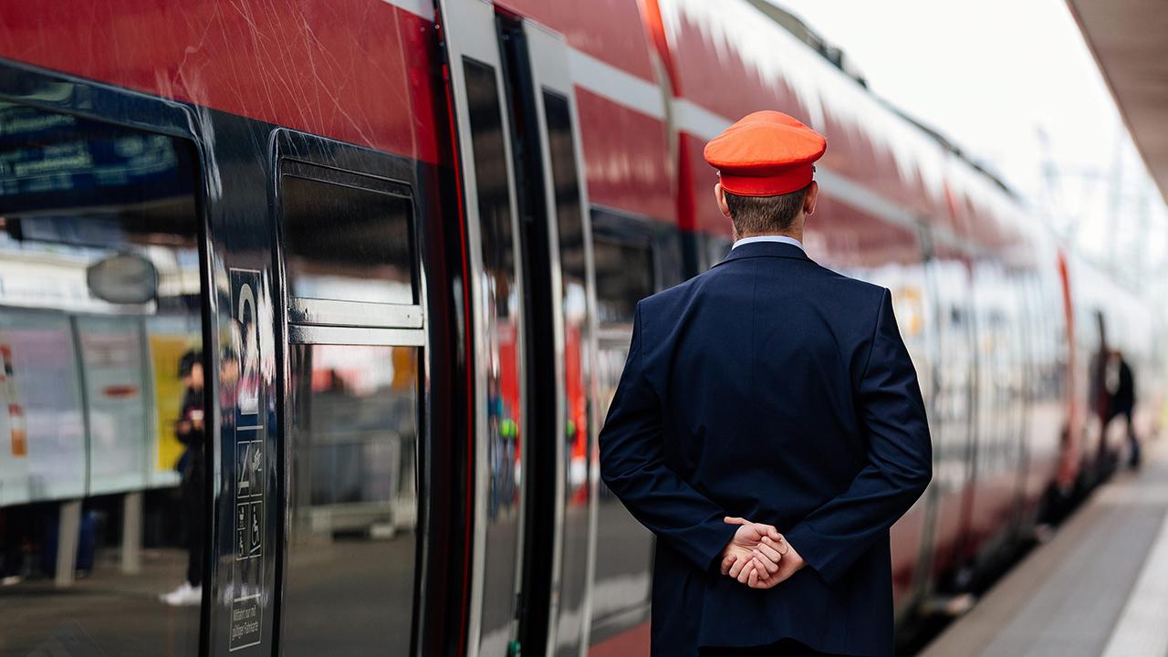 Symbolbild: Ein Schaffner beobachtet die Abfahrt einer Regionalbahn auf einem Hauptbahnhof. (Quelle: dpa/C. Hardt)