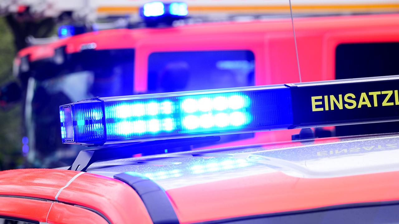 Symbolbild: Auf einem Fahrzeug der Feuerwehr leuchtet das eingeschaltete Blaulicht. (Quelle: dpa/D. Bockwoldt)