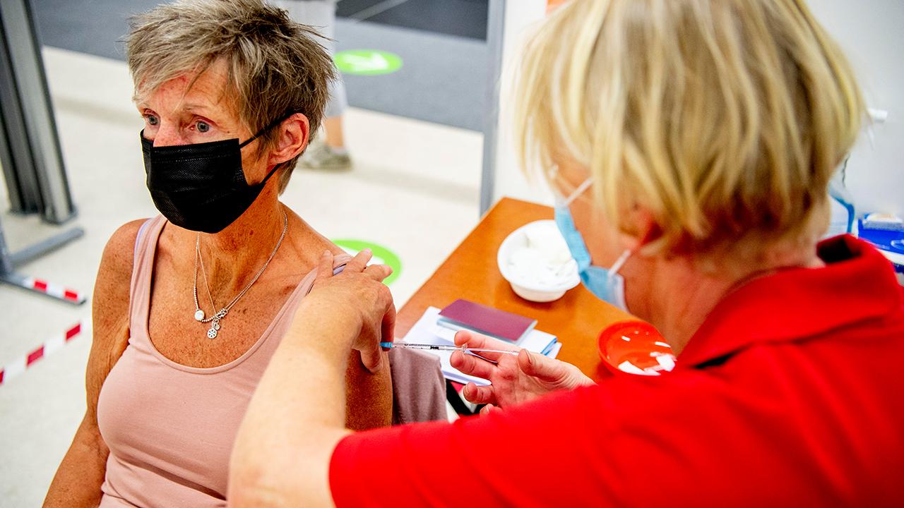 Archivbild: Impfung einer Seniorin in einem Impfzentrum. (Quelle: dpa/R. Utrecht)