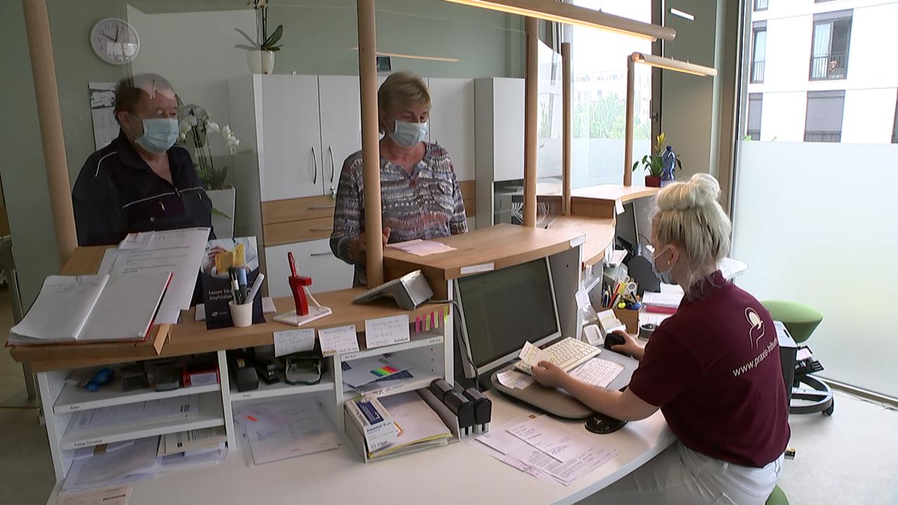 Zwei Patienten stehen im Wartezimmer in der Hausarzt-Praxis von Astrid Tributh in Potsdam (Quelle: rbb)