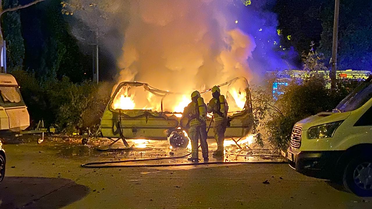 In der Nacht von Mittwoch auf Donnerstag ist die Feuerwehr gegen in die Falkenberger Chaussee gerufen worden. Hier Brannte ein Wohnwagen komplett aus. Von Brandstiftung muss ausgegangen werden. (Quelle: BLP)