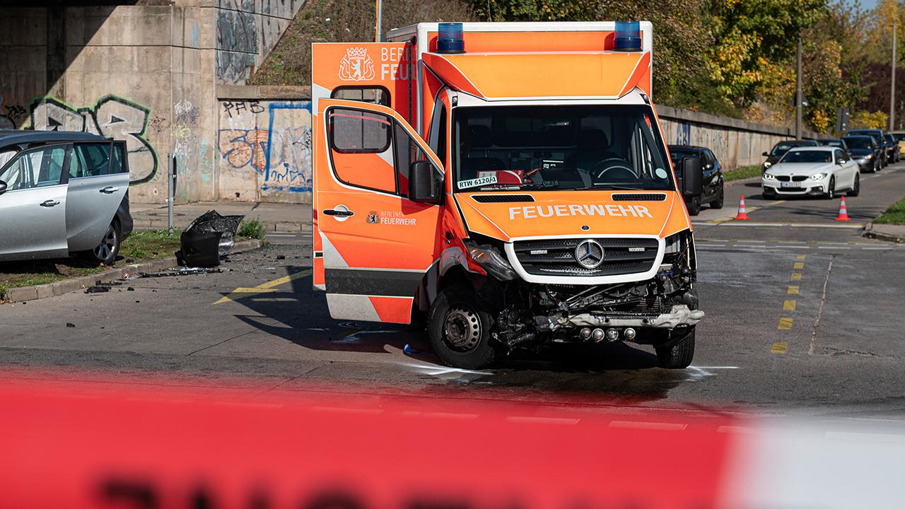 Symbolbild: Ein Auto steht nach einem Verkehrsunfall mit einem Rettungswagen der Berliner Feuerwehr in Berlin. (Quelle: dpa/Fabian Sommer)