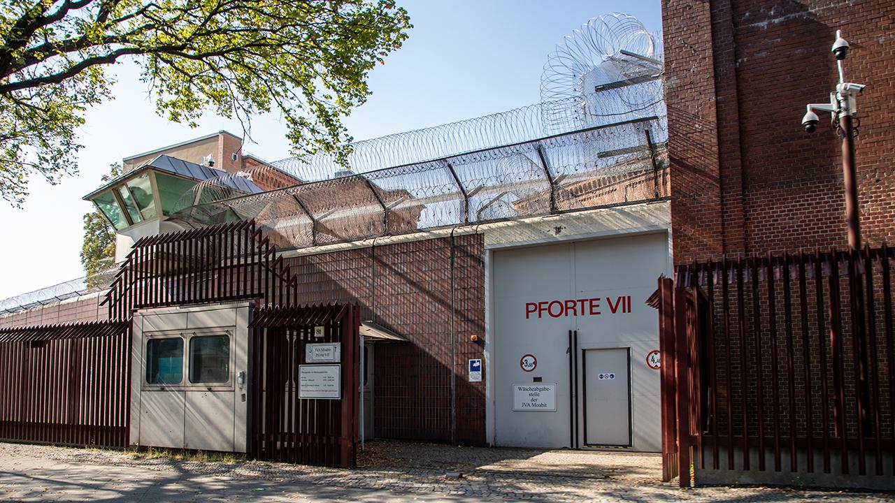 Symbolbild: Justizvollzugsanstalt Moabit von aussen mit Eingang VI am 16.09.2021. (Quelle: dpa/Andreas Gora)