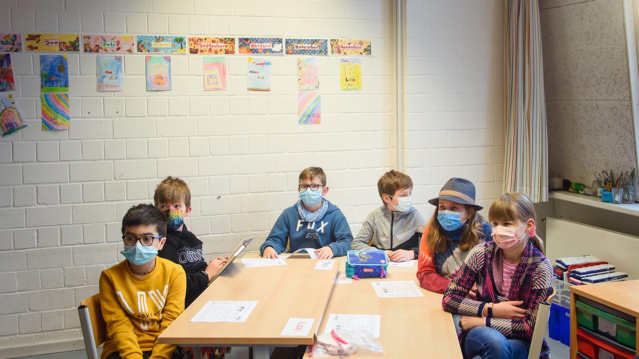Schüler und Schülerinnen einer 4. Klasse sitzen im Unterricht einer Grundschule (Bild: dpa/Gregor Fischer)