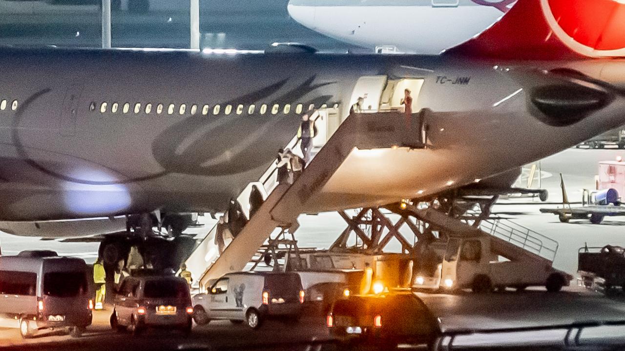 Aus der Türkei abgeschobene Personen, darunter mutmaßliche IS-Anhänger werden am Flughafen Tegel von der Polizei in Empfang genommen, Archivbild (Quelle: DPA/Christoph Soeder)