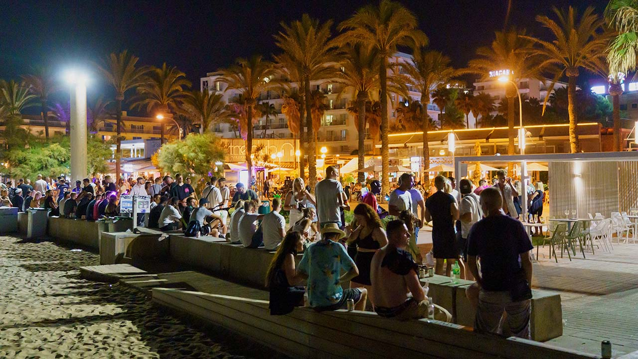 Touristen feiern auf Mallorca (Quelle: imago images/Janssen)