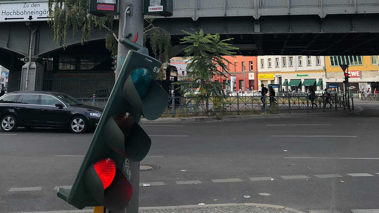 Eine rote Ampel hängt am Kottbuser Tor in Berlin-Kreuzberg am Ampelmasten herunter. (Quelle: rbb|24/Tim Schwiesau).