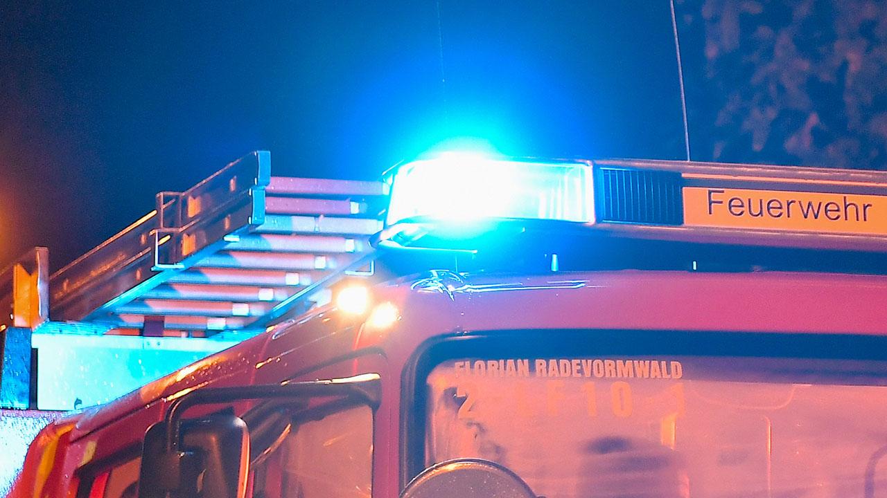 Auf einem Feuerwehrwagen leuchtet ein Blaulicht, Archivbild (Quelle: Christopher Neundorf/Kirchner-Me)