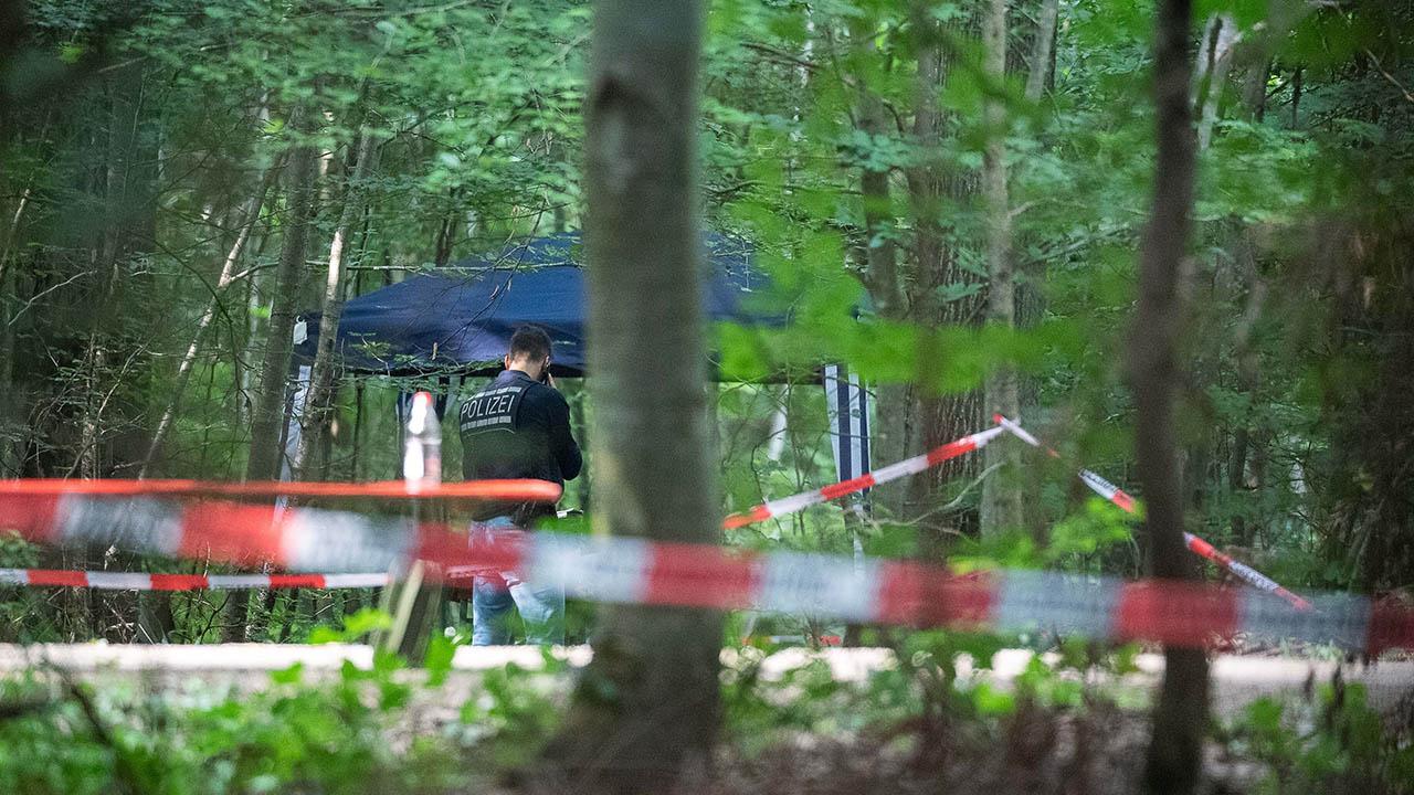 Archivbild: Polizei im Wald (Quelle: dpa/Eibner-Pressefoto)
