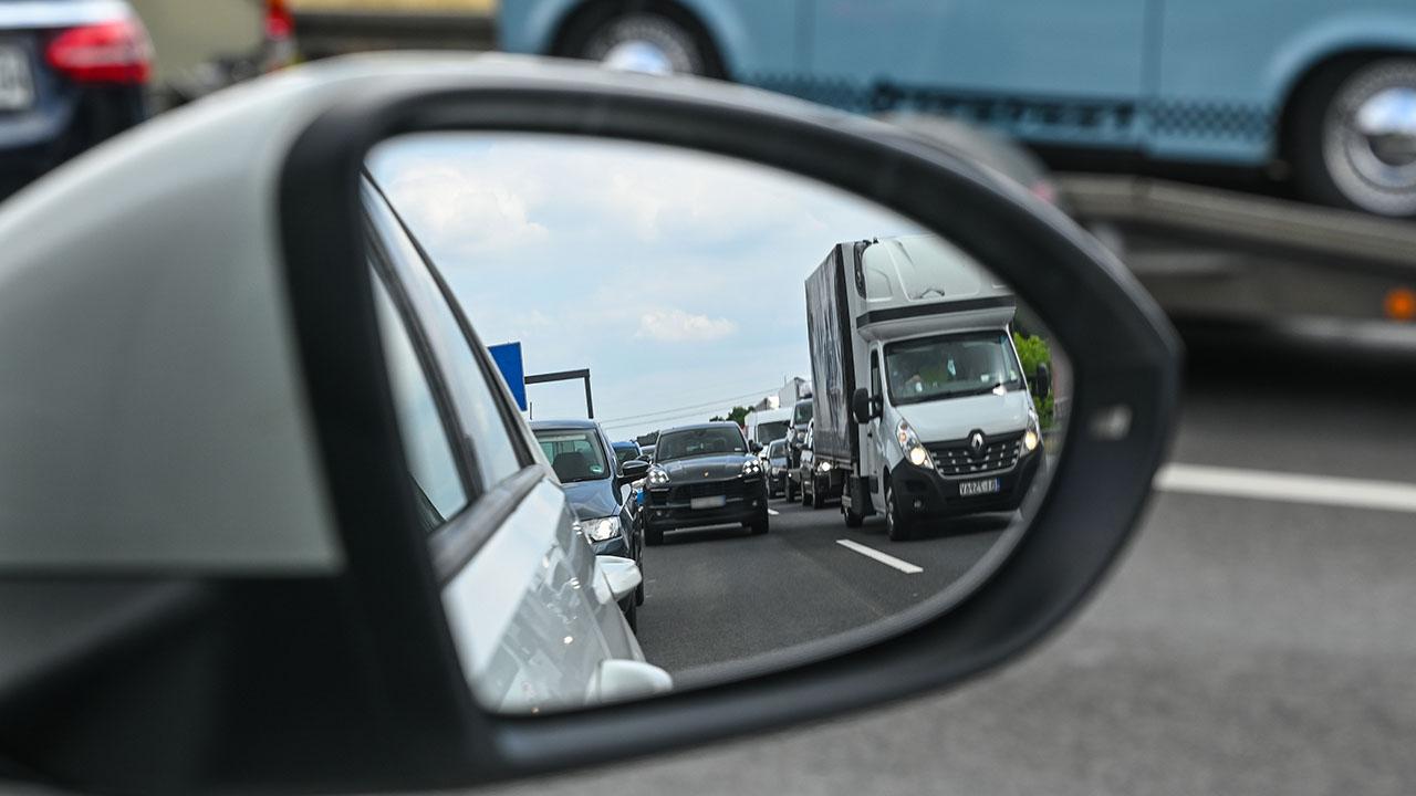 Im Außenspiegel eines Wagen ist zu sehen, wie sich mehrere Fahrzeuge auf der Autobahn stauen (Quelle: DPA/Patrick Pleul)