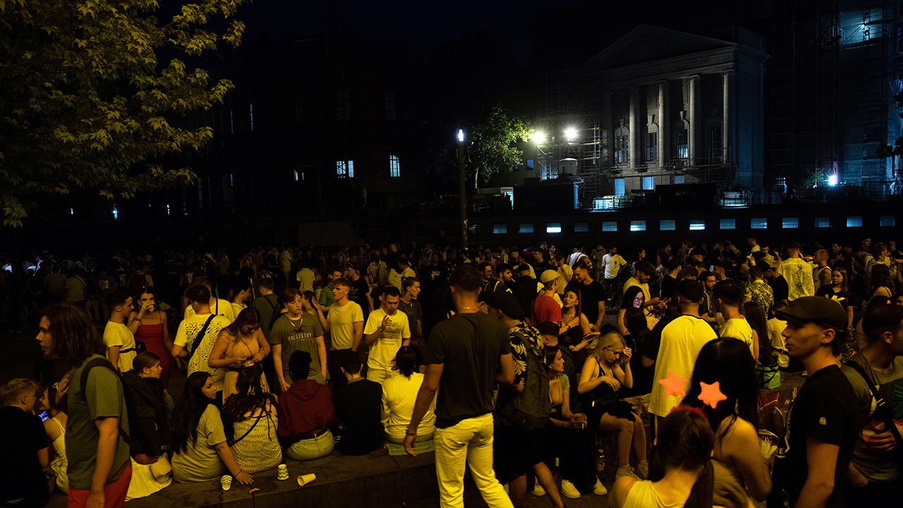 Dicht an dicht stehen Menschen in Partylaune im James Simon Park. (Quelle: dpa/Paul Zinken)