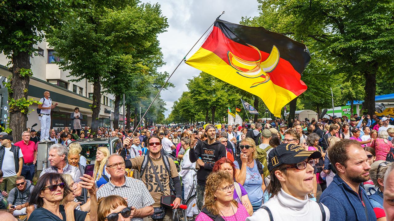 Berlin, eine Anti-Corona Demo, die erneut von der Bewegung Querdenken 711 initiiert wurde. (Quelle: dpa/Vladimir Menck)