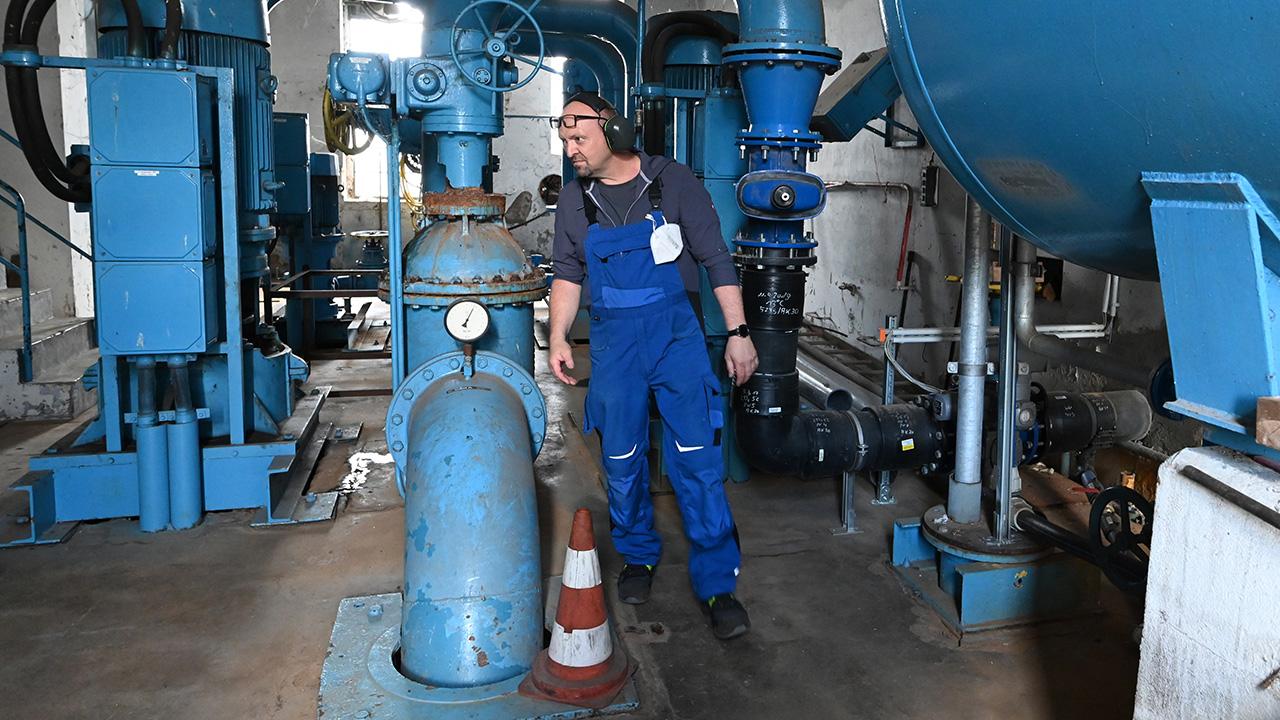 Ein Mitarbeiter kontrolliert im Brauchwasserpumpwerk Glindow die Pumpanlage. Das von 1936 bis 1938 erbaute Werk wird jetzt vollständig saniert. Es versorgt die umliegenden Obst- und Gemüseanbaubetriebe. (Quelle: dpa/B. Settnik)