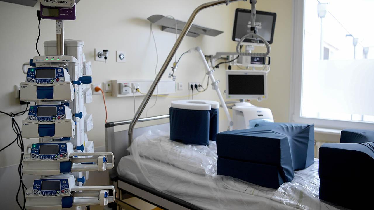 Ein Zimmer auf der neu umgebauten Intensivstation der Charité Campus-Klinik für COVID-19-Patienten. (Quelle: dpa/Britta Pedersen)