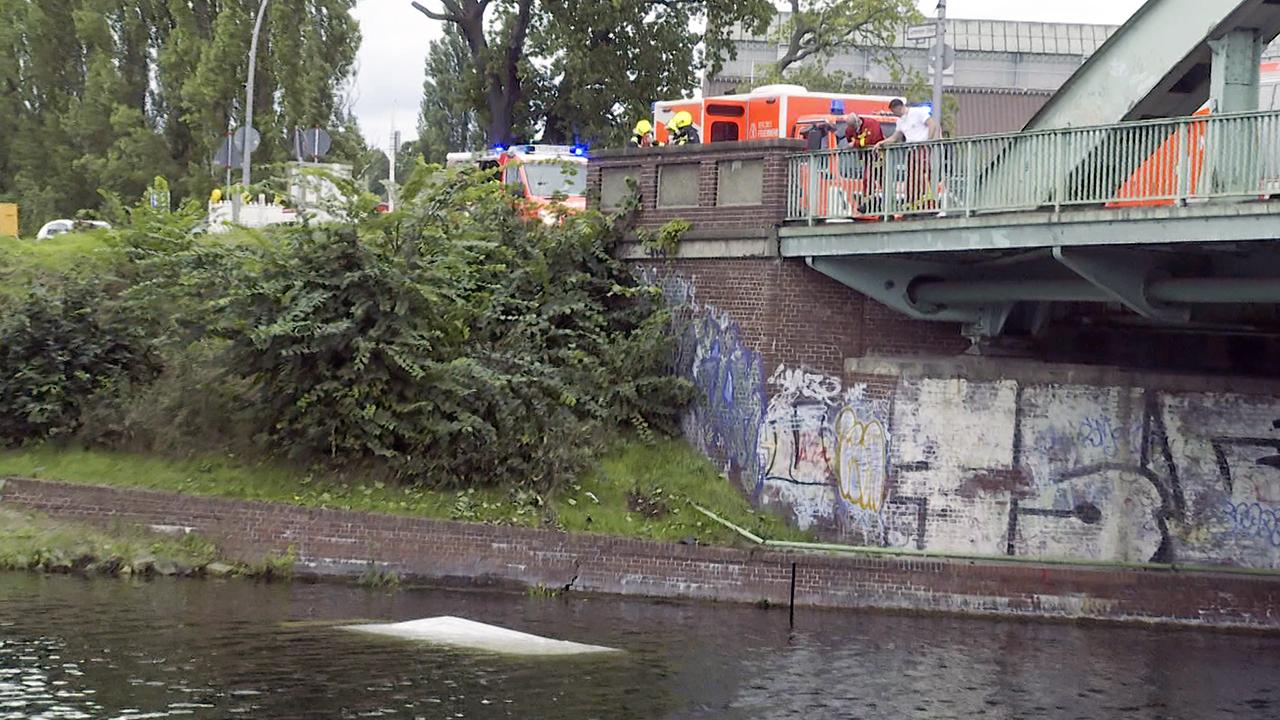 In Spandau ist ein Sprinter im Hohenzollern-Kanal gelandet. (Quelle: TV News-Kontor)