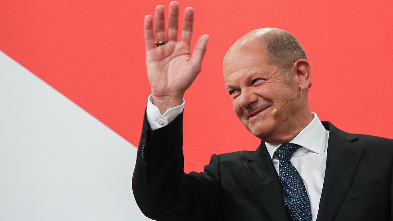 Olaf Scholz, Finanzminister und SPD-Kanzlerkandidat, winkt während der Wahlparty im Willy-Brandt-Haus (Bild: dpa/Wolfgang Kumm)