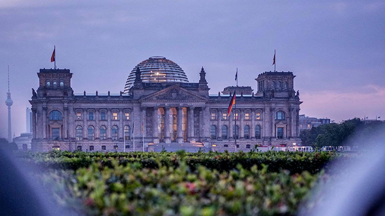 Das Reichstagsgebäude mit dem Bundestag kurz vor Sonnenaufgang (Bild: dpa/Kay Nietfeld)